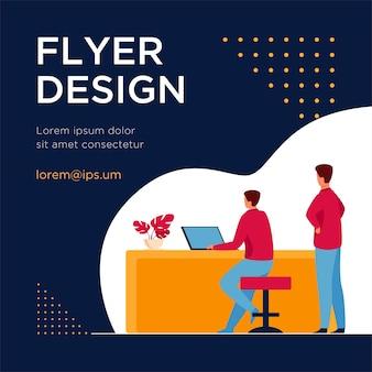 Man aan het werk op laptop en baas kijken. baan, tafel, computer platte flyer-sjabloon