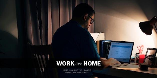Man aan het werk vanuit huis tijdens de pandemie van het coronavirus