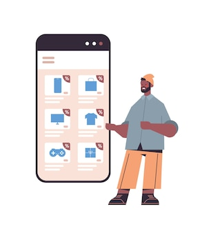 Man aankopen op smartphonescherm kiezen online winkelen cyber maandag verkoop vakantie kortingen e-commerce concept