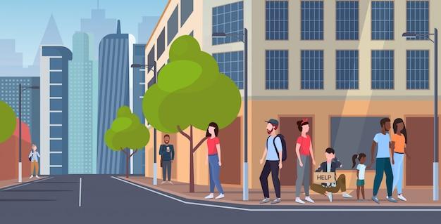 Man bedelaar bedrijf bord met hulp tekst vagebond zitten buiten op straat straat bedelen voor hulp daklozen werkloos concept stadsgezicht achtergrond plat volledige lengte