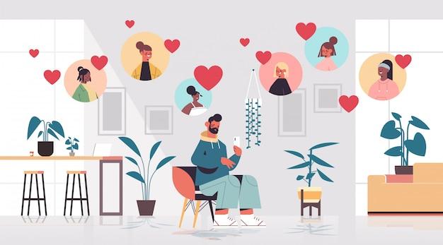 Man chatten met mix race vrouwen in online dating app virtuele ontmoeting sociale relatie communicatie vinden liefde concept woonkamer interieur horizontale volledige lengte illustratie