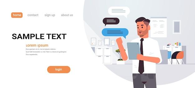 Man chatten op tablet zakenman met behulp van mobiele app sociale netwerk chat bubble communicatie