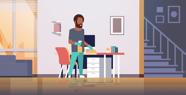 Man computer tafel schoonmaken met stofdoek man afvegen werkplek bureau huishoudelijk werk concept moderne woonkamer interieur mannelijke cartoon karakter volledige lengte horizontaal