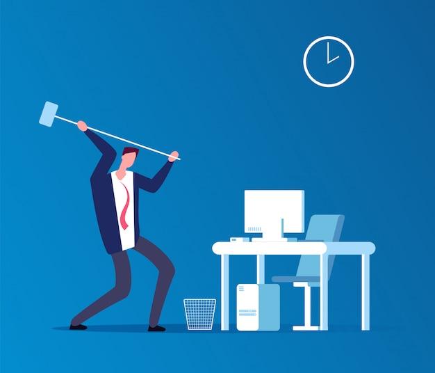 Man crasht computer. gefrustreerde boze gebruiker met hamer verpletterende werkplaats in bureau.