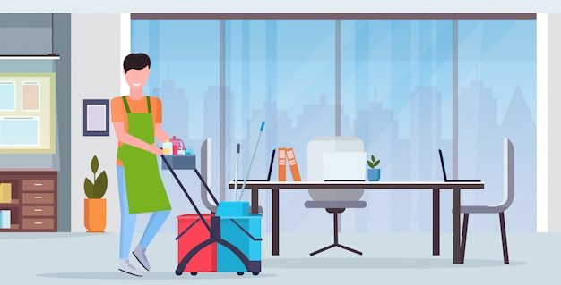 Man duwen trolley kar mannelijke schonere conciërge in uniforme schoonmaak service concept moderne co-working center kantoor interieur platte volledige lengte horizontaal