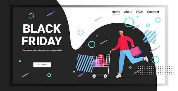 Man duwen trolley kar met boodschappentassen zwarte vrijdag grote verkoop promotie korting concept volledige lengte horizontale kopie ruimte vectorillustratie