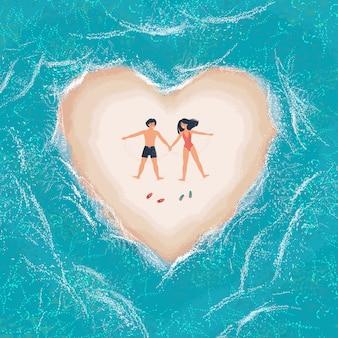 Man en vrouw liggen op een wit zandstrand in de vorm van een hart omringd door de zee