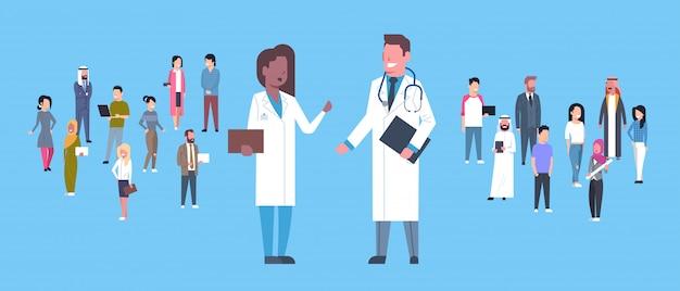 Man en vrouw medical doctor over groep patiënten