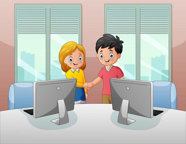 Man en vrouw ontmoeten elkaar op het werk