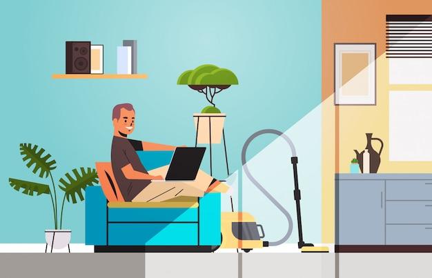 Man freelancer met behulp van laptop thuis werken tijdens coronavirus quarantaine zelfisolatie freelance