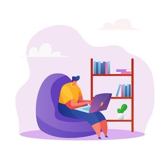 Man freelancer werken vanuit huis in fauteuil typen op laptop, werk op afstand.