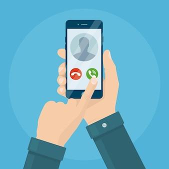 Man houdt smartphone in de hand een inkomende oproep beantwoorden