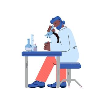 Man in wetenschappelijk laboratorium doet onderzoek naar de microscoop