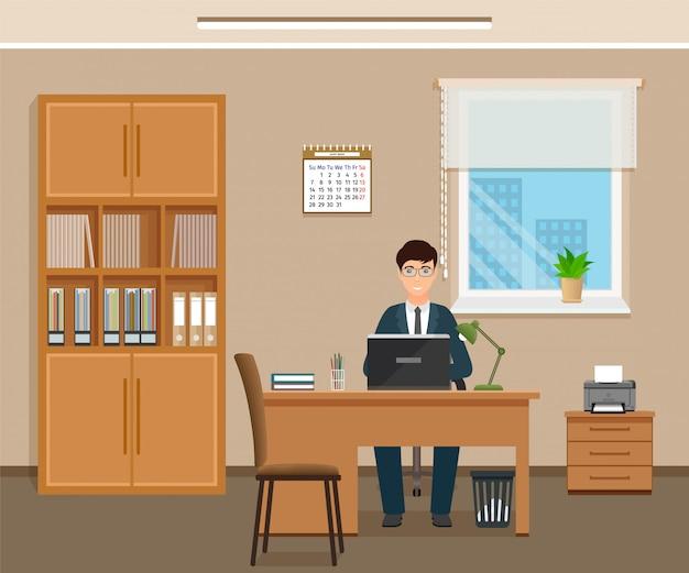 Man kantoor werknemer zittend op werkplek aan de tafel met laptop.
