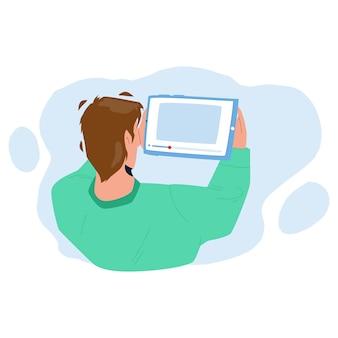 Man kijken naar video op tablet digitaal apparaat vector. jonge jongen kijken naar video op elektronische gadget. karakter bekijk online filmstream of film op mobiele mediatechnologie platte cartoonillustratie