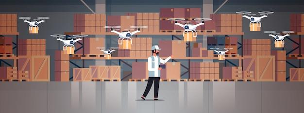 Man koerier houden draadloze afstandsbediening pakket drones