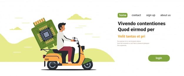 Man koerier rijden scooter met computer processor microchip printplaat cpu
