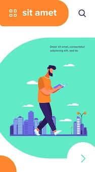 Man leesboek tijdens het wandelen in de stad