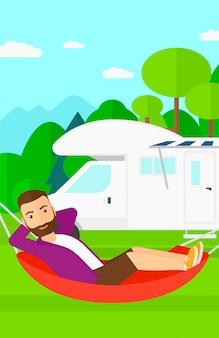 Man liggend in een hangmat.