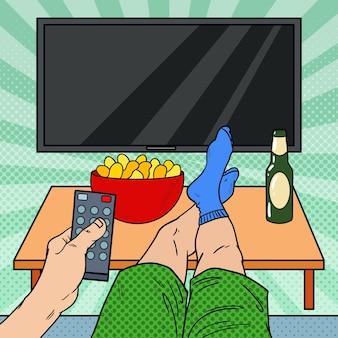 Man met afstandsbediening in de woonkamer