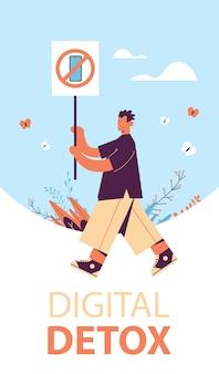 Man met banner met teken verbiedt gebruik smartphone digitale detox concept