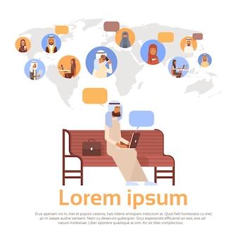 Man met behulp van laptop computer moslim mensen chat media communicatie sociaal netwerk arabische mannen en vrouwen