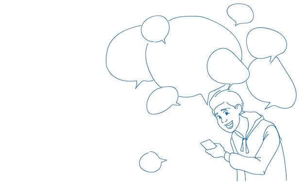 Man met behulp van smartphone berichten chat bubbels online spraak