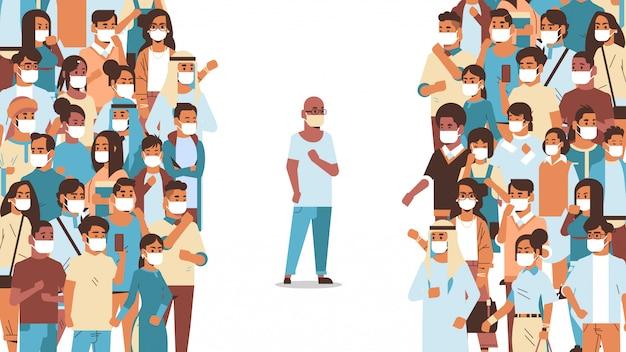 Man met beschermend masker op afstand van mensen menigte om coronavirus pandemie te voorkomen