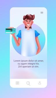 Man met creditcard mannelijke stripfiguur op smartphone scherm online winkelen concept