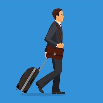 Man met koffer gaat in luchthaventerminal.