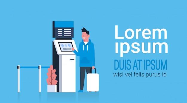 Man met koffer met wachtrijbeheersysteem terminal op luchthaven wacht op inchecken en registratie