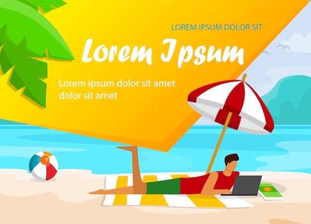 Man met laptop liggend op sandy beach