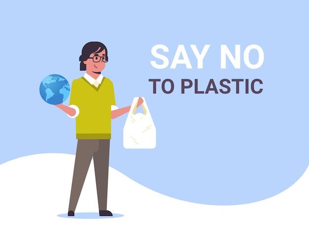 Man met planeet en plastic zak zegt nee plastic vervuiling recycling ecologie probleem red de aarde concept mannelijke eco-activist volledige lengte vlak en horizontaal