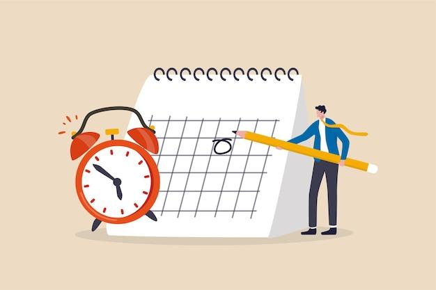 Man met potlood om belangrijke afspraakdatum op de kalender te markeren