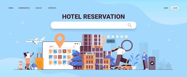 Man met vergrootglas reisboek tickets en hotelkamer appartement reserveringsservice transfer vervoer reizen