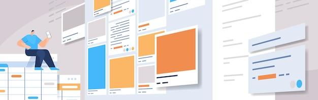 Man ontwikkelaar met behulp van smartphone maken van mobiele app ui interface web applicatie ontwikkeling programma software optimalisatie concept horizontale volledige lengte vectorillustratie