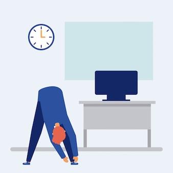 Man op actieve pauze in het kantoor
