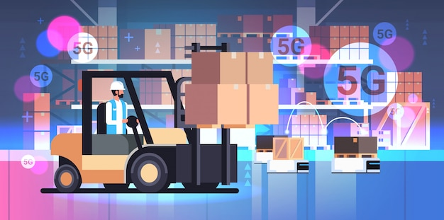 Man rijden vorkheftruck loader palletwagen met kartonnen dozen zelfrijdende robots
