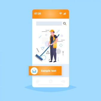 Man straatreiniger vegen weg van bladeren in uniforme app-sjabloon