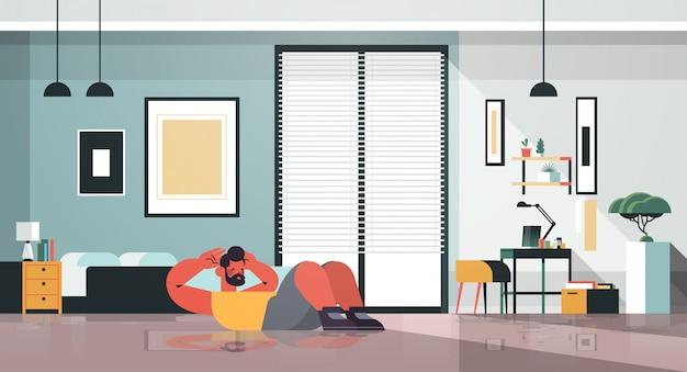Man thuis buik oefeningen doen man met training cardio fitness training gezonde levensstijl sport concept woonkamer interieur volledige lengte illustratie