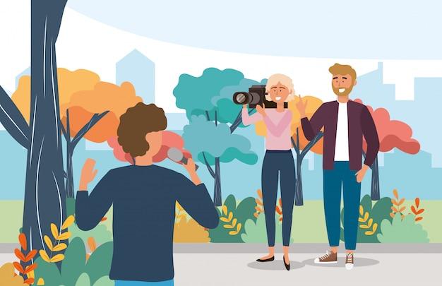 Man verslaggever met microfoonapparatuur en cameravrouw