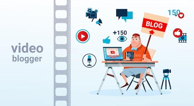 Man video blogger camera computerscherm bloggen abonneren concept