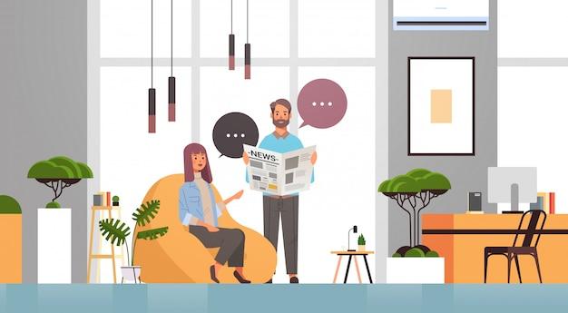 Man vrouw het lezen van kranten paar bespreken nieuws samen chatten bubble communicatie massamedia concept