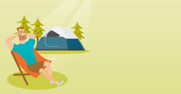 Man zit in een klapstoel op de camping