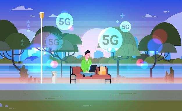 Man zittend op de bank met behulp van laptop 5g online communicatie vijfde innovatieve generatie van internet-verbinding concept