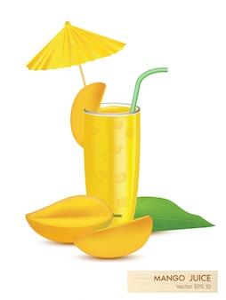 Mangosap in een glas en halve mango op een witte achtergrond