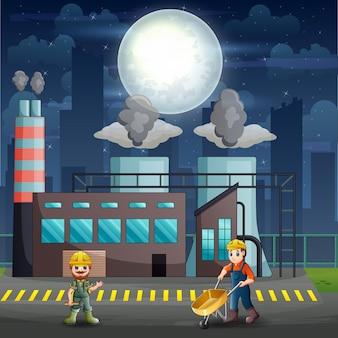 Mannelijke arbeiders werken 's nachts in de fabriek