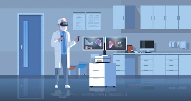 Mannelijke arts die digitale glazen draagt die virtueel werkelijkheidshart en hersenen onderzoeken