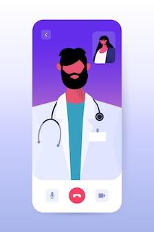Mannelijke arts in gesprek met vrouwelijke patiënt op smartphonescherm innovatieve diagnose online consult gezondheidszorg