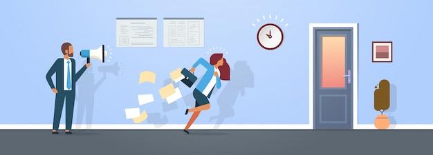 Mannelijke baas houdt megafoon vrouw werknemer loopt met vallende papieren van aktetas naar deur